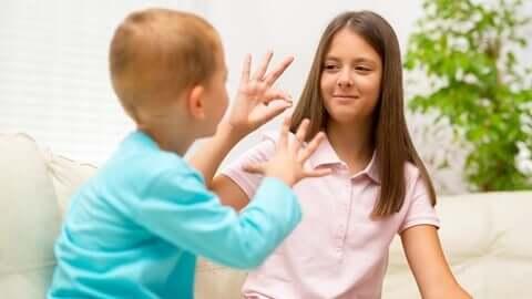 Crianças surdas conversando