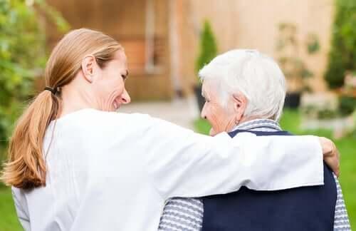 Médica cuidando de pessoa idosa