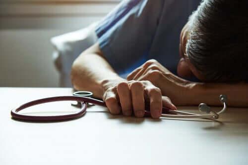 Médico sofrendo de burnout