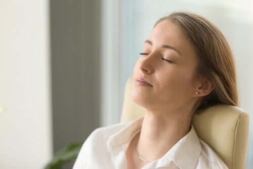Mulher tentando relaxar
