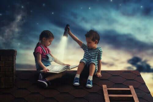 Menino e menina lendo no telhado