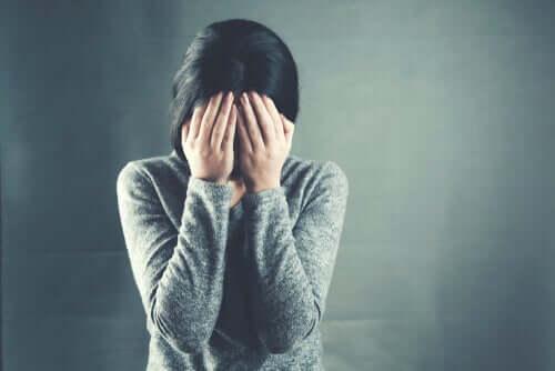 Mulher estressada por causa do trabalho