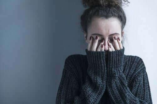 Mulher enfrentando esquizofrenia
