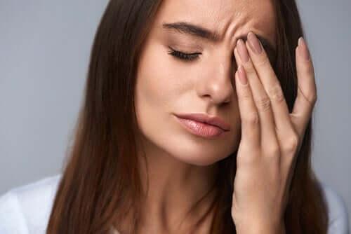 Mulher com dor de cabeça decorrente do estresse
