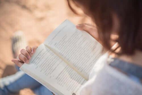 Mulher lendo um livro tranquilamente