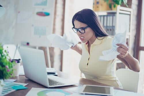 Mulher com raiva no trabalho