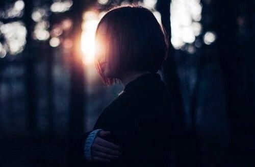 Mulher em floresta