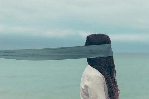 Mulher com os olhos vendados