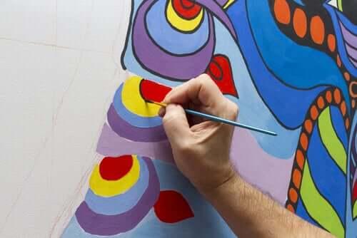 Pessoa pintando mural em rua