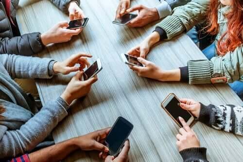 Pessoas usando seus celulares