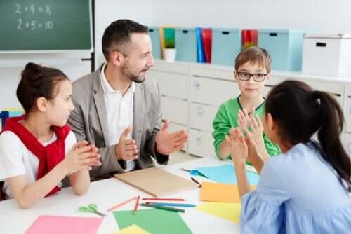 Professor dando aula para alunos