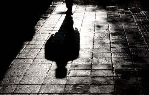 Pessoa caminhando sozinha à noite