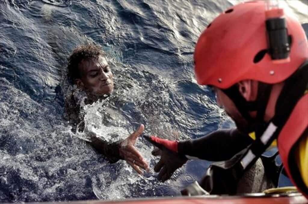 Bombeiro salvando homem refugiado