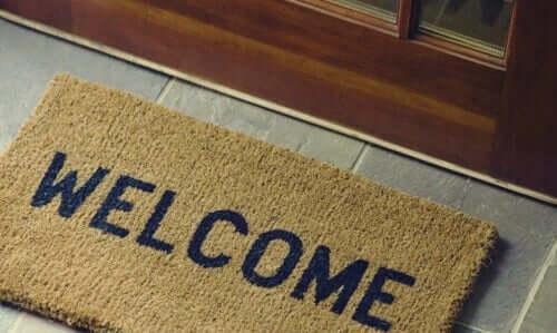 Capacho escrito 'welcome', 'bem-vindo' em inglês