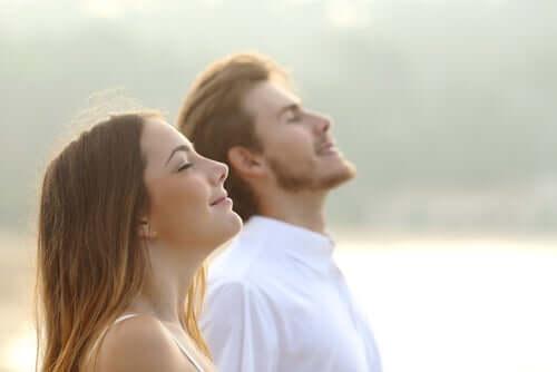 Casal respirando ar puro