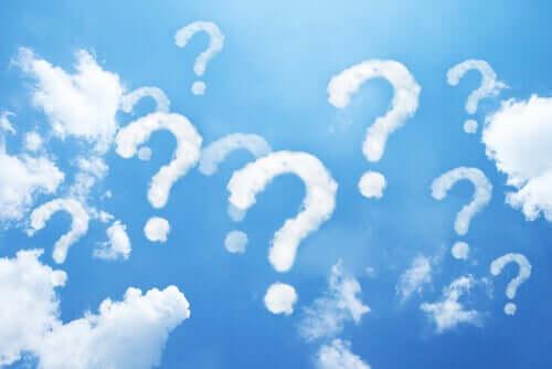 Céu com nuvens de interrogação