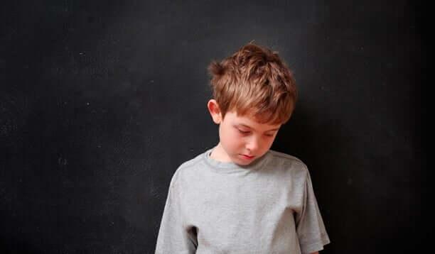 Criança triste olhando para baixo