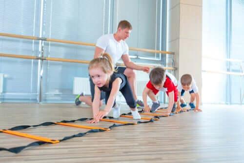 Crianças fazendo ginástica