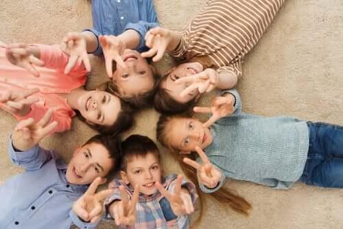 Crianças fazendo gesto da paz