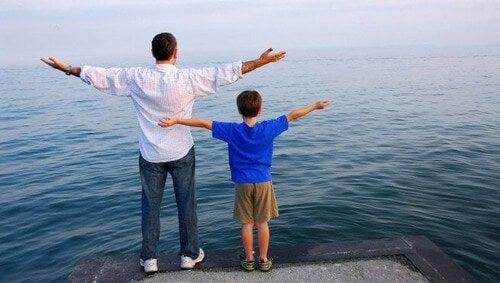 Filho imitando o pai
