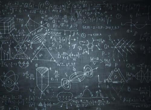Fórmulas matemáticas escritas na lousa