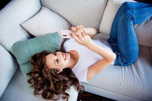 Jovem feliz no celular