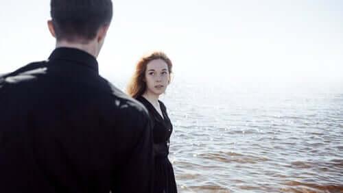 Casal diante do mar
