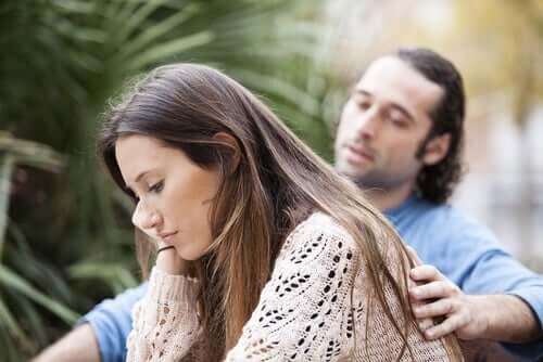 Homem consolando sua esposa