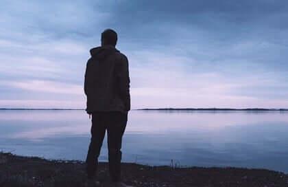 Homem diante de lago