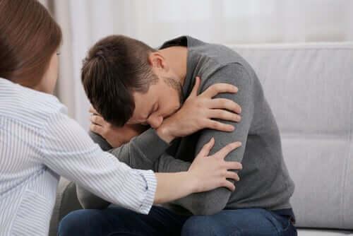 Homem recebendo apoio emocional
