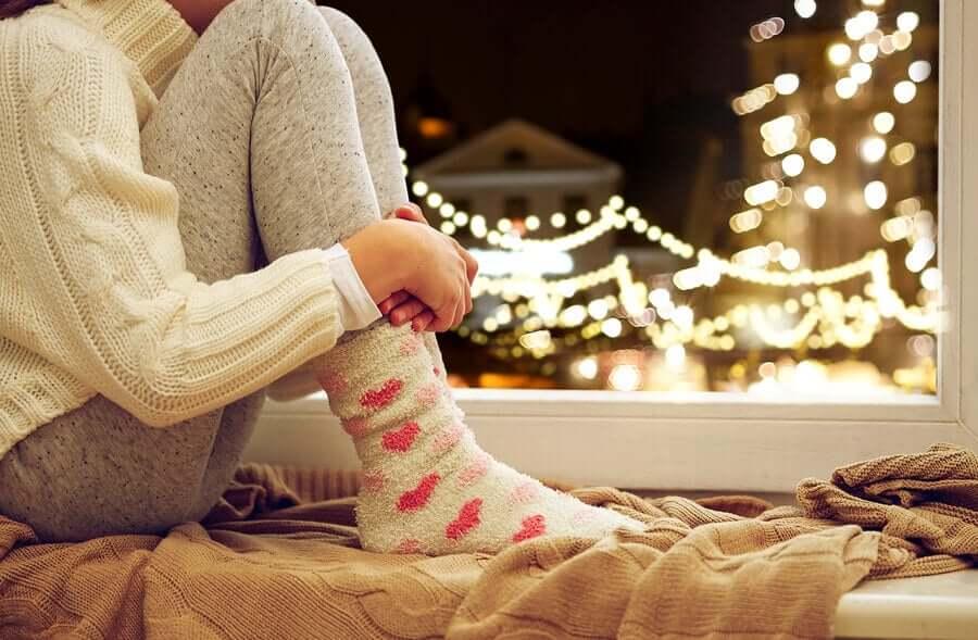 Mulher em casa no Natal