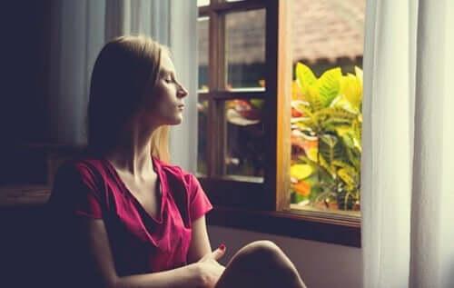 Mulher refletindo sobre problema