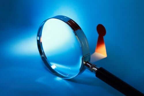 Direito à privacidade ilustrado por uma lupa diante de fechadura