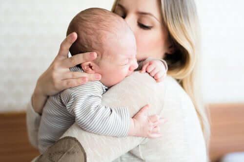 Mãe acalmando seu filho