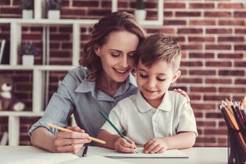 Mãe ajudando seu filho na escola