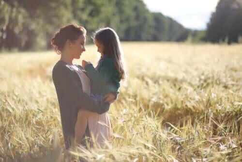 Mãe e filha no campo