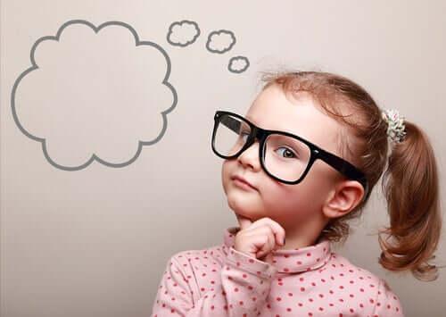 Criança curiosa pensando