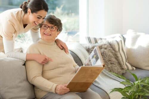 Mulher com demência em tratamento