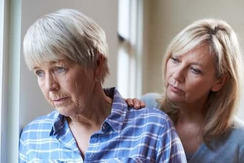 Mulher cuidando da mãe com demência