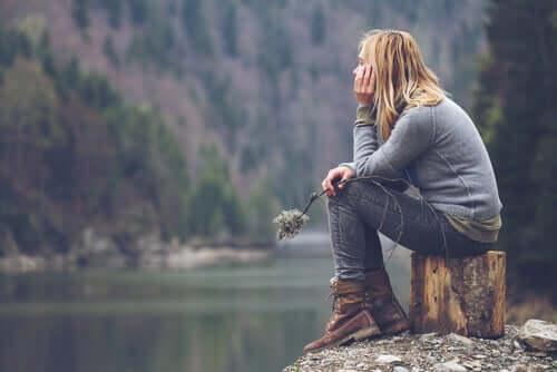 Mulher refletindo sobre a sua vida