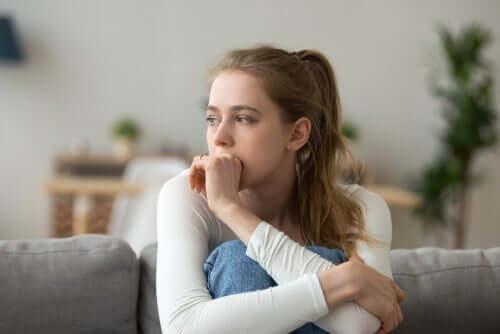 Jovem preocupada com uma decisão