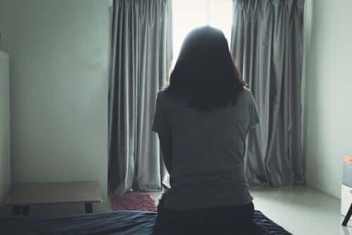 Mulher desiludida em sua cama
