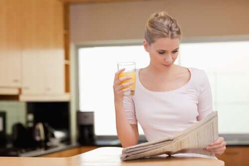 Mulher lendo jornal pela manhã