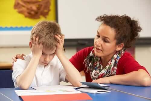 Professor ajudando aluno