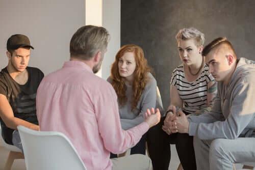 Psicólogo social trabalhando com grupo de pessoas
