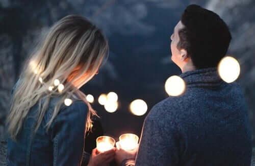 Casal num encontro à luz de velas
