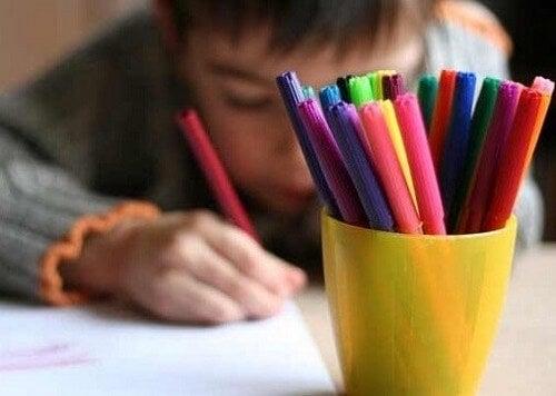 Criança desenhando