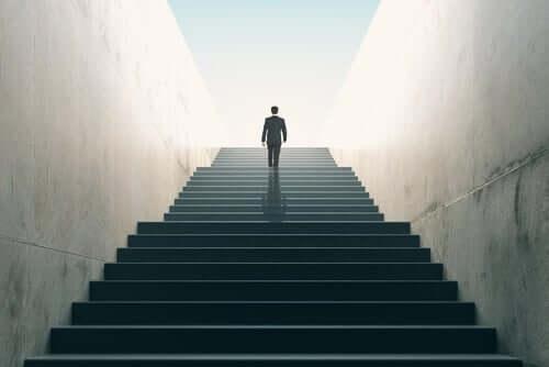 Homem de terno subindo escadas