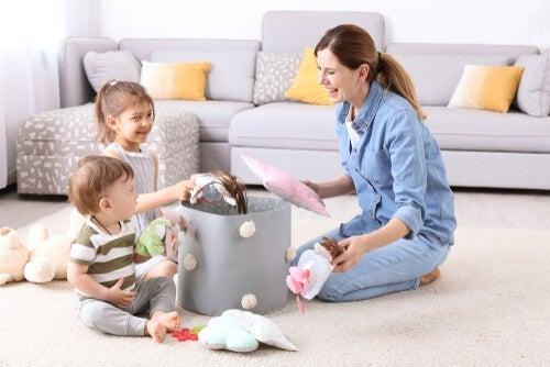 Mãe brincando com os filhos