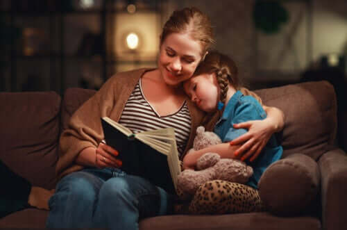 Mãe lendo para filha em casa